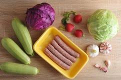Ακατέργαστα λουκάνικα κρέατος kupaty και λαχανικά Στοκ φωτογραφίες με δικαίωμα ελεύθερης χρήσης