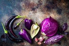 Ακατέργαστα πορφυρά εποχιακά λαχανικά πέρα από το αγροτικό υπόβαθρο Η τοπ άποψη, επίπεδη βάζει στοκ φωτογραφίες