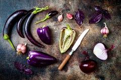 Ακατέργαστα πορφυρά εποχιακά λαχανικά πέρα από το αγροτικό υπόβαθρο Η τοπ άποψη, επίπεδη βάζει στοκ εικόνα με δικαίωμα ελεύθερης χρήσης