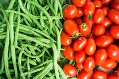 Ακατέργαστα πράσινα γαλλικά φασόλια και κόκκινες ντομάτες Στοκ εικόνα με δικαίωμα ελεύθερης χρήσης