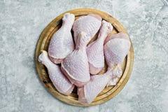 Ακατέργαστα πόδια κοτόπουλου Γκρίζο υπόβαθρο, τοπ άποψη, διάστημα για το κείμενο στοκ εικόνα με δικαίωμα ελεύθερης χρήσης