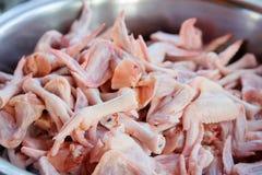 Ακατέργαστα πόδια κοτόπουλου και φτερά κοτόπουλου Στοκ Εικόνες