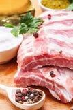 Ακατέργαστα πλευρά χοιρινού κρέατος με τα καρυκεύματα και το μαϊντανό Στοκ εικόνα με δικαίωμα ελεύθερης χρήσης