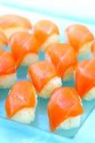 Ακατέργαστα σούσια σολομών, υγιή ιαπωνικά σούσια Nigiri με το ρύζι και Fi Στοκ εικόνες με δικαίωμα ελεύθερης χρήσης