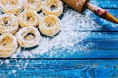 Ακατέργαστα σπιτικά ζυμαρικά και συστατικά Στοκ Εικόνες