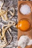 Ακατέργαστα σπιτικά ζυμαρικά με με το λέκιθο αυγών Στοκ φωτογραφίες με δικαίωμα ελεύθερης χρήσης