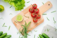 Ακατέργαστα συστατικά για την εύγευστη σαλάτα στον ξύλινο πίνακα έτοιμο για το μαγείρεμα Στοκ Φωτογραφία