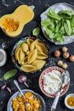 Ακατέργαστα συστατικά για την παραγωγή της κολοκύθας και γεμισμένων των ricotta κοχυλιών Κοχύλια ζυμαρικών, κολοκύθα, σπανάκι, ri Στοκ εικόνες με δικαίωμα ελεύθερης χρήσης
