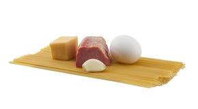 Ακατέργαστα συστατικά για το carbonara alla ζυμαρικών Στοκ Φωτογραφία