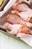 Ακατέργαστα τυμπανόξυλα κοτόπουλου στο πιάτο Στοκ Φωτογραφίες