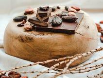 Ακατέργαστα φασόλια κακάου κακάου, μαύρη σοκολάτα στην καφετιά απόλυση, κορυφή β Στοκ Φωτογραφίες