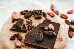 Ακατέργαστα φασόλια κακάου κακάου, μαύρη σοκολάτα στην καφετιά απόλυση, κορυφή β Στοκ φωτογραφίες με δικαίωμα ελεύθερης χρήσης