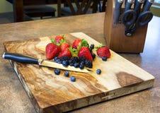 Ακατέργαστα φράουλες, βακκίνια, και βατόμουρα Στοκ Εικόνα