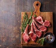 Ακατέργαστα φρέσκα πλευρά κρέατος αρνιών Στοκ Εικόνες