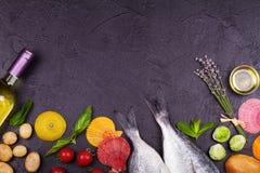 Ακατέργαστα φρέσκα ψάρια dorado με τους νεαρούς βλαστούς των Βρυξελλών, τις ντομάτες, το λεμόνι, τη νέα πατάτα και τα πράσινα Στοκ Φωτογραφία