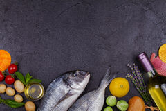 Ακατέργαστα φρέσκα ψάρια dorado Στοκ Φωτογραφίες