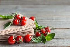 Ακατέργαστα φύλλα lasagna, ντομάτες βασιλικού και κερασιών Στοκ εικόνες με δικαίωμα ελεύθερης χρήσης