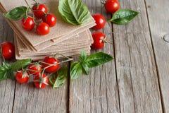 Ακατέργαστα φύλλα lasagna, ντομάτες βασιλικού και κερασιών Στοκ φωτογραφία με δικαίωμα ελεύθερης χρήσης