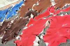 Ακατέργαστα χρωματισμένα ζωικά δέρματα για να ξεράνει στον ήλιο στοκ εικόνες με δικαίωμα ελεύθερης χρήσης