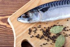 Ακατέργαστα ψάρια με τα καρυκεύματα στον ξύλινο πίνακα Στοκ φωτογραφίες με δικαίωμα ελεύθερης χρήσης