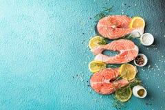 Ακατέργαστα ψάρια σολομών steakes Στοκ Εικόνες