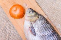 Ακατέργαστα ψάρια IDE σε έναν τεμαχίζοντας πίνακα Στοκ Εικόνα
