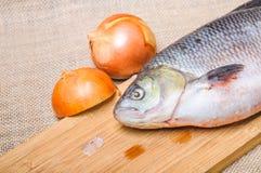 Ακατέργαστα ψάρια IDE σε έναν τεμαχίζοντας πίνακα Στοκ Φωτογραφίες