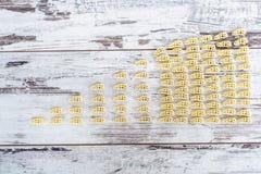 Ακατέργαστα όχημα-διαμορφωμένα ζυμαρικά στο σωρό στον ξύλινο πίνακα Στοκ φωτογραφίες με δικαίωμα ελεύθερης χρήσης