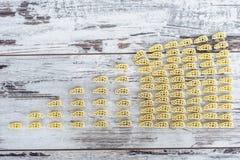 Ακατέργαστα όχημα-διαμορφωμένα ζυμαρικά στο σωρό στον ξύλινο πίνακα Στοκ φωτογραφία με δικαίωμα ελεύθερης χρήσης