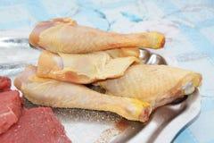 Ακατέργαστα rammers κοτόπουλου σε ένα πιάτο στοκ εικόνα με δικαίωμα ελεύθερης χρήσης