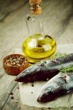 Ακατέργαστα seabass ψάρια στον ξύλινο πίνακα στοκ φωτογραφία