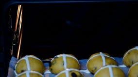Ακατέργαστα unbaked κουλούρια Τεθειμένος στα καυτά διαγώνια κουλούρια φούρνων απόθεμα βίντεο