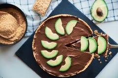 Ακατέργαστα vegan αβοκάντο σοκολάτας και κέικ μπανανών στοκ εικόνα
