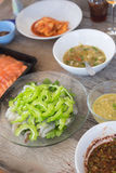 Ακατέργαστες γαρίδες και πικάντικη σάλτσα (πικάντικες γαρίδες σαλάτας Στοκ φωτογραφίες με δικαίωμα ελεύθερης χρήσης