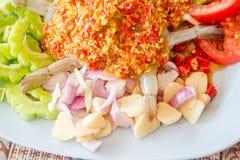 ακατέργαστες γαρίδες και πικάντικη σάλτσα Στοκ Εικόνα