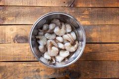 Ακατέργαστες γαρίδες με τις ουρές σε έτοιμο για το μαγείρεμα στο κύπελλο προετοιμασιών σε Rusti στοκ φωτογραφία με δικαίωμα ελεύθερης χρήσης