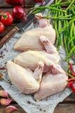 Ακατέργαστες λωρίδες στηθών κοτόπουλου supremes με τα τσίλι, τα δημητριακά πιπεριών και το θυμάρι Με το σπαράγγι και τις ντομάτες Στοκ Φωτογραφία