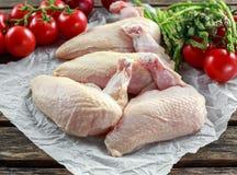 Ακατέργαστες λωρίδες στηθών κοτόπουλου supremes με τα τσίλι, τα δημητριακά πιπεριών και το θυμάρι Με το σπαράγγι και τις ντομάτες Στοκ Εικόνες