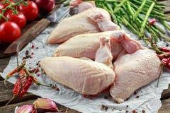 Ακατέργαστες λωρίδες στηθών κοτόπουλου supremes με τα τσίλι, τα δημητριακά πιπεριών και το θυμάρι Με το σπαράγγι και τις ντομάτες Στοκ εικόνες με δικαίωμα ελεύθερης χρήσης