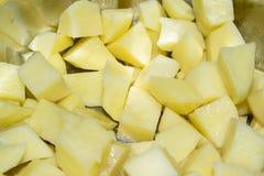 Ακατέργαστες πατάτες περικοπών σε μια κατσαρόλλα Στοκ φωτογραφία με δικαίωμα ελεύθερης χρήσης