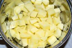 Ακατέργαστες πατάτες περικοπών σε μια κατσαρόλλα Στοκ Εικόνα