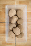 Ακατέργαστες πατάτες σε ένα πλαστικό εμπορευματοκιβώτιο στο πάτωμα στοκ φωτογραφίες με δικαίωμα ελεύθερης χρήσης