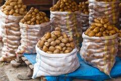Ακατέργαστες πατάτες συγκομιδών burlap στο σάκο στην αγορά Στοκ εικόνα με δικαίωμα ελεύθερης χρήσης