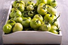 Ακατέργαστες πράσινες ντομάτες στο ξύλινο κιβώτιο Στοκ φωτογραφία με δικαίωμα ελεύθερης χρήσης