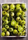 Ακατέργαστες πράσινες ντομάτες στο ξύλινο κιβώτιο Στοκ φωτογραφίες με δικαίωμα ελεύθερης χρήσης