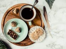 Ακατέργαστες υγιείς καραμέλες, εγχώρια vegan snickers και μπισκότα Πνεύμα γλυκών Στοκ Εικόνες