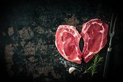 Ακατέργαστες φρέσκες μπριζόλες κρέατος μοσχαρίσιων κρεάτων μορφής καρδιών Στοκ Εικόνα