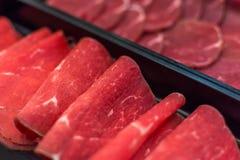 Ακατέργαστες φωτογραφικές διαφάνειες κρέατος βόειου κρέατος στο πιάτο BBQ Εστιατόριο Στοκ Εικόνα