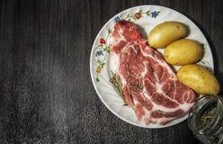 Ακατέργαστες χοιρινό κρέας και πατάτα στοκ εικόνες