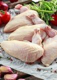 Ακατέργαστες λωρίδες στηθών κοτόπουλου supremes με τα τσίλι, τα δημητριακά πιπεριών και το θυμάρι Με το σπαράγγι και τις ντομάτες Στοκ Φωτογραφίες